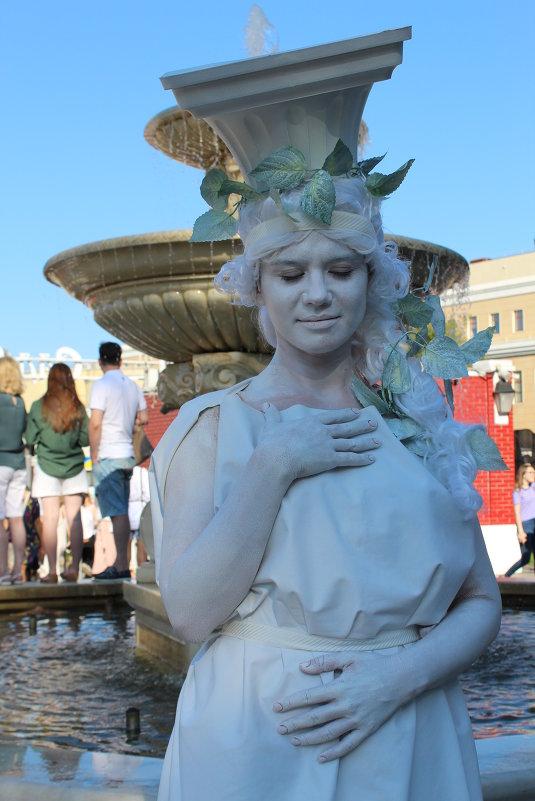 Модель у фонтана - Наталья