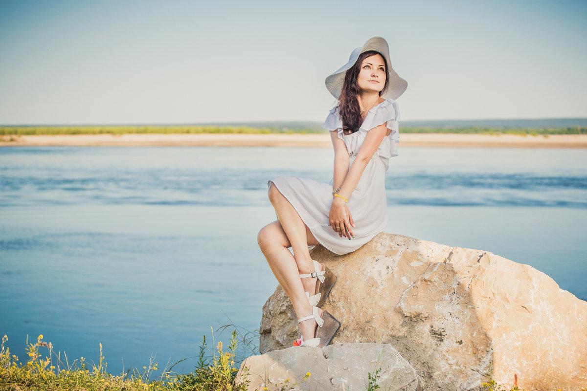 Девушка на камнях сидит