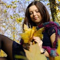 девушка с осенними листьями :: Андрей Дружинин