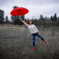 Некоторые люди наслаждаются дождем, другие просто промокают. :: Алина Лисовская