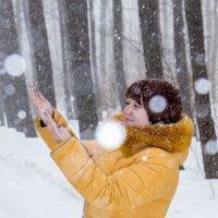 Снег кружится... :: Sergey Romanov
