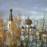 Вид на храм в осенний день :: Alena Cyargeenka