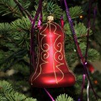 Колокольчик на Новогодней ёлке. :: Наталья Золотых-Сибирская