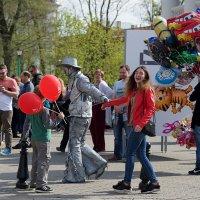 Солнце,шарики,улыбки-весна... :: Андрей Пастухов