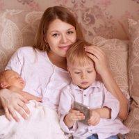 Мама с сыновьями :: Анна Баженовская