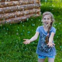 Кристинка и пузыри :: Евгений Баженов