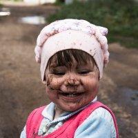 Улыбка ребенка при видя лужи :: Алёна Нетесова