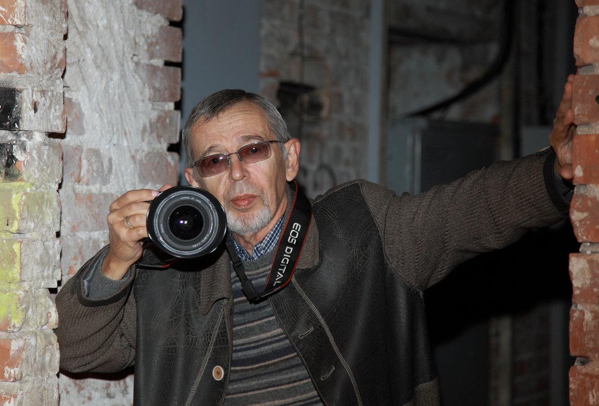 мой портрет КАТЯ снимала меня на выставке - Александр Сендеров