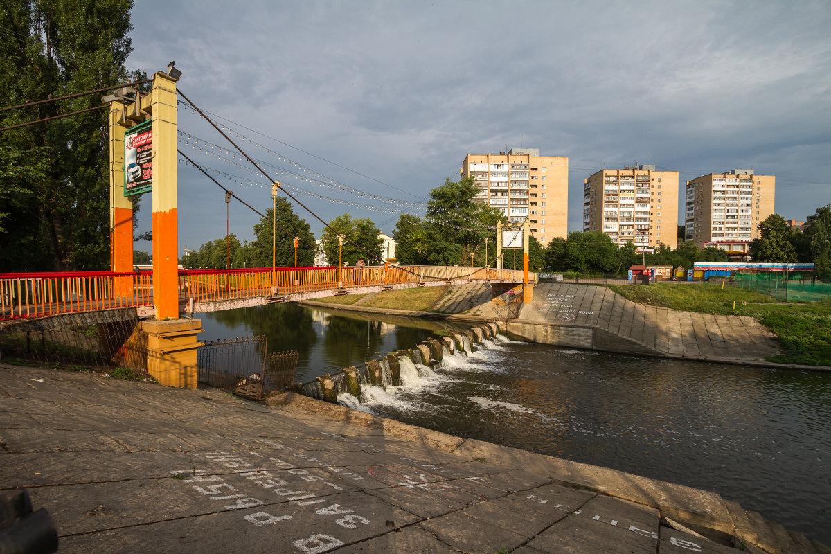 Фото Александра Ефанова - подвесной мост через Орлик. вид на Пролетарскую гору и Почтовый переулок