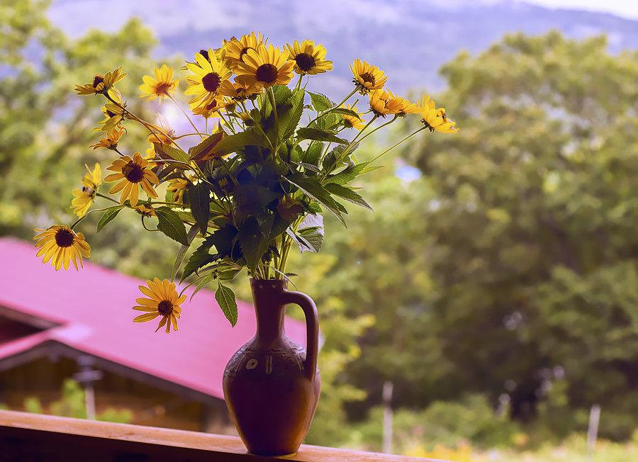 Вазочка на подоконнике в ней желтые цветочки - Денис Антонюк