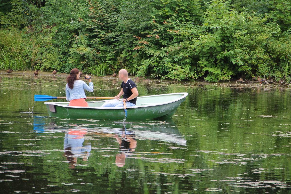 Прогулка на лодке в парке