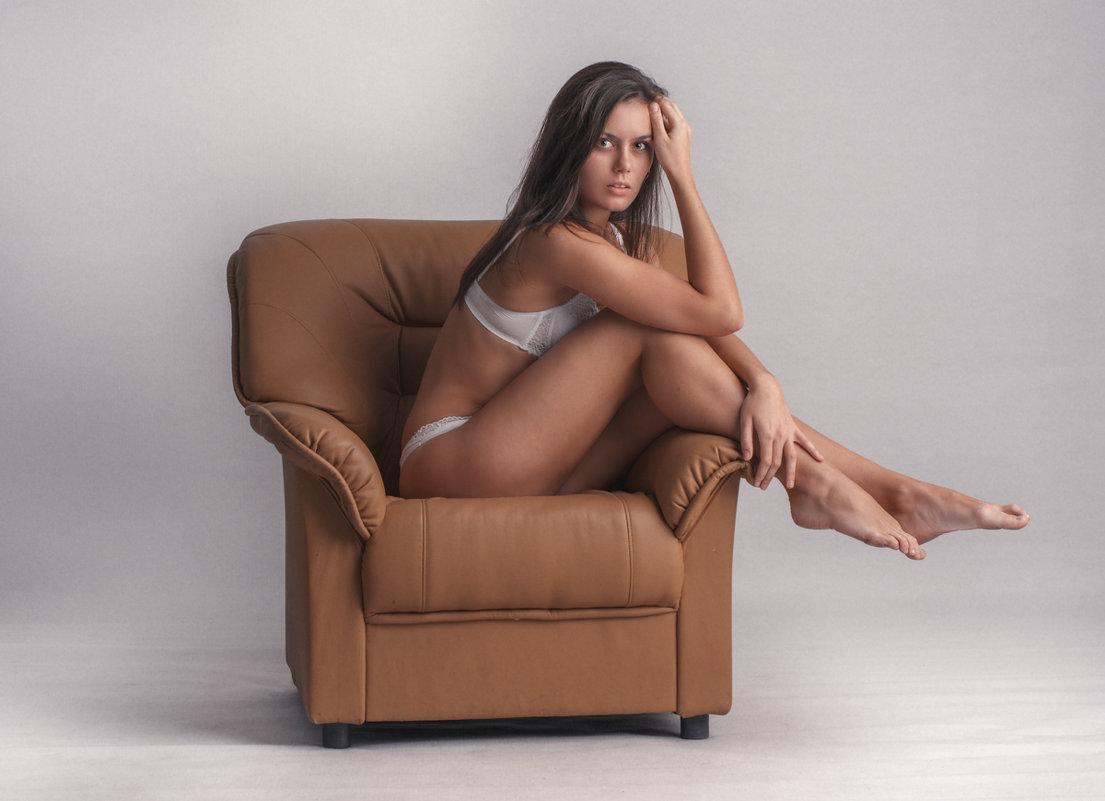 Фото девушки на кресле 6 фотография