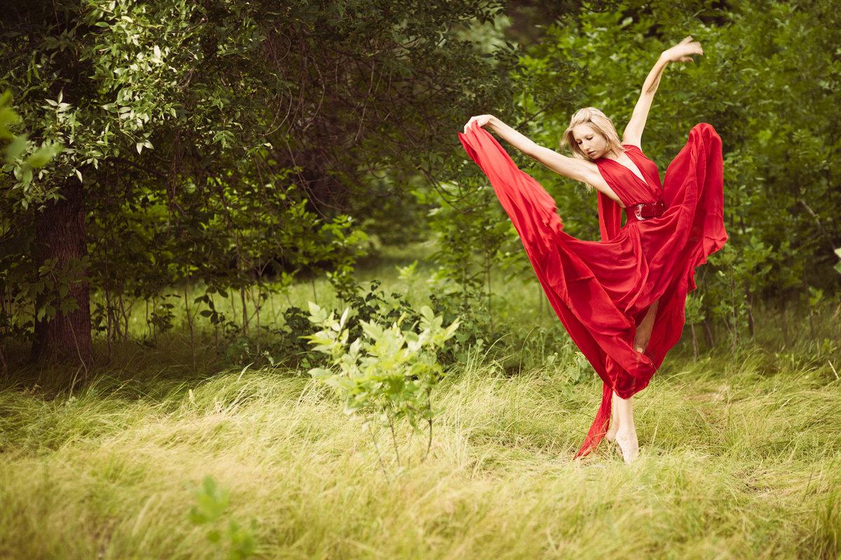 эротика, девушки, девушка танцует в красном платье на природе дом