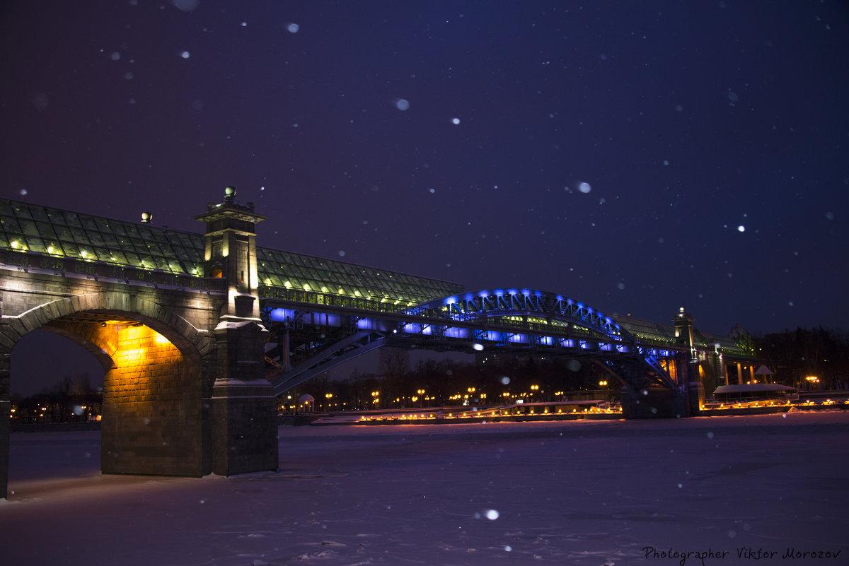 Утренний снегопад на набережной Москвы-реки, Андреевский мост - Виктор М