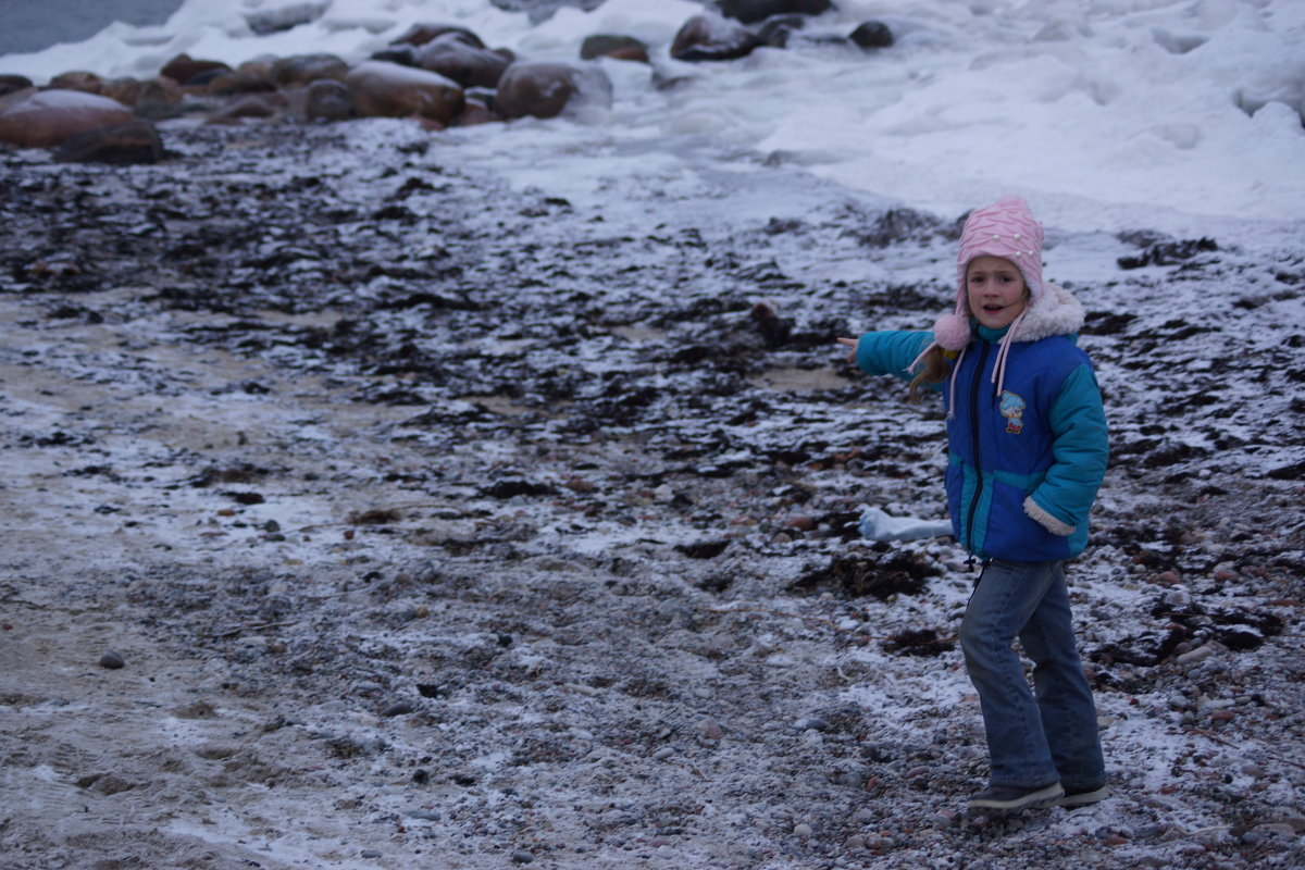 Дочурка что то нашла на берегу моря.. - Максим Воробьев