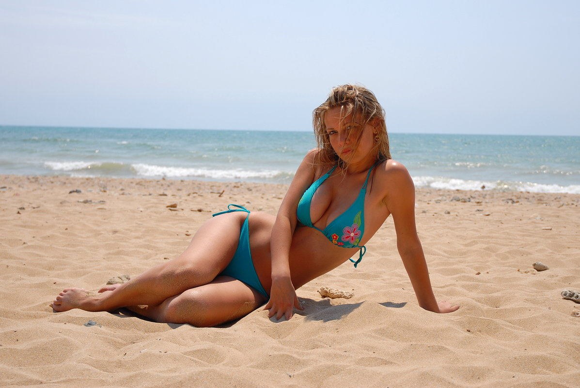 Женщин на пляже 12 фото