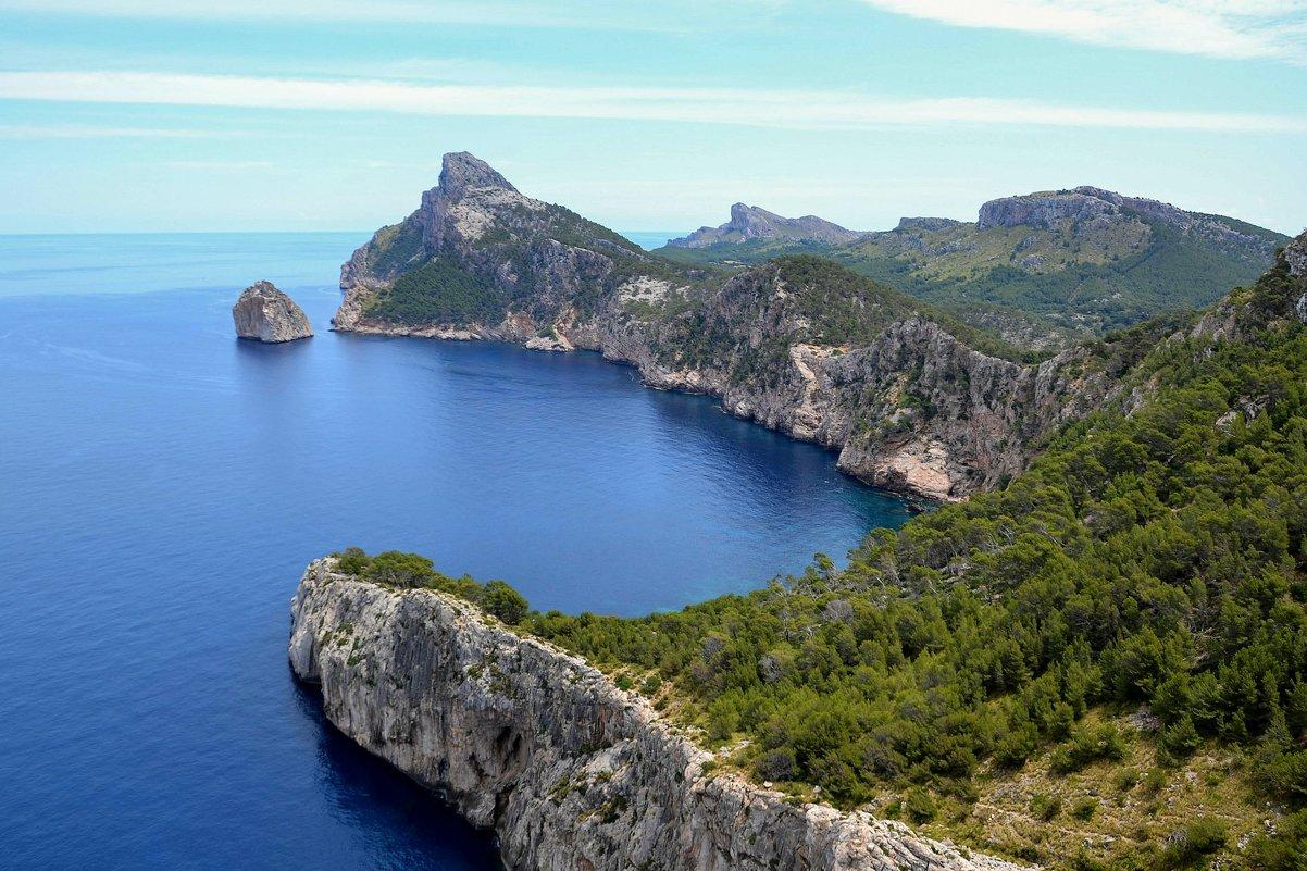Древние скалы как клешни гиганта впиваются в море - Ирина Falcone