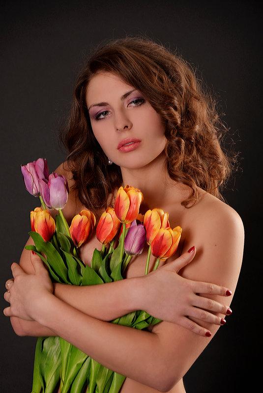 Девушка с тюльпанами... - Анна Плаксенко