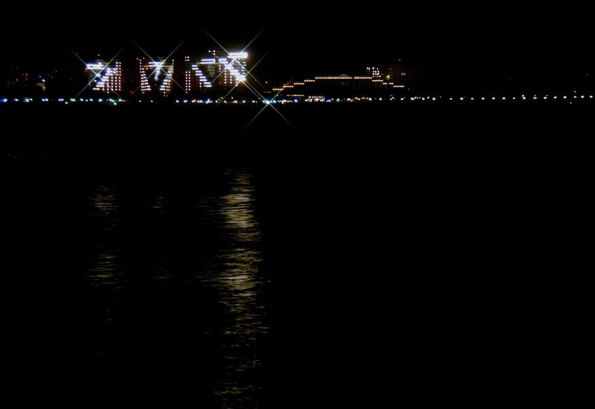 Титаник плывёт.. (Геленджик ночью) - Alexey YakovLev
