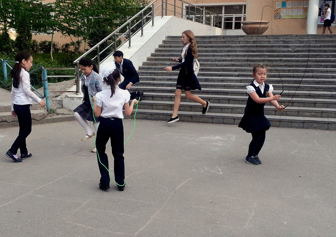 На школьном дворе - Асылбек Айманов