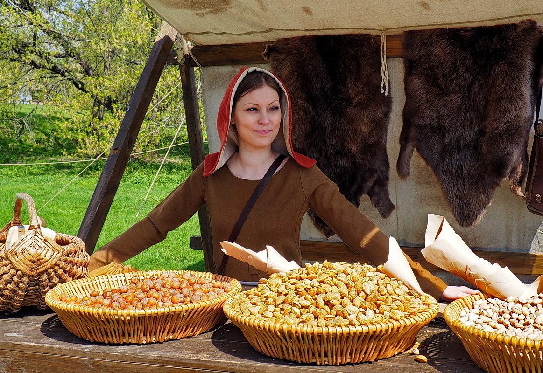 Купите орешки у средневековой красавицы!..:))) - Ира Егорова :)))