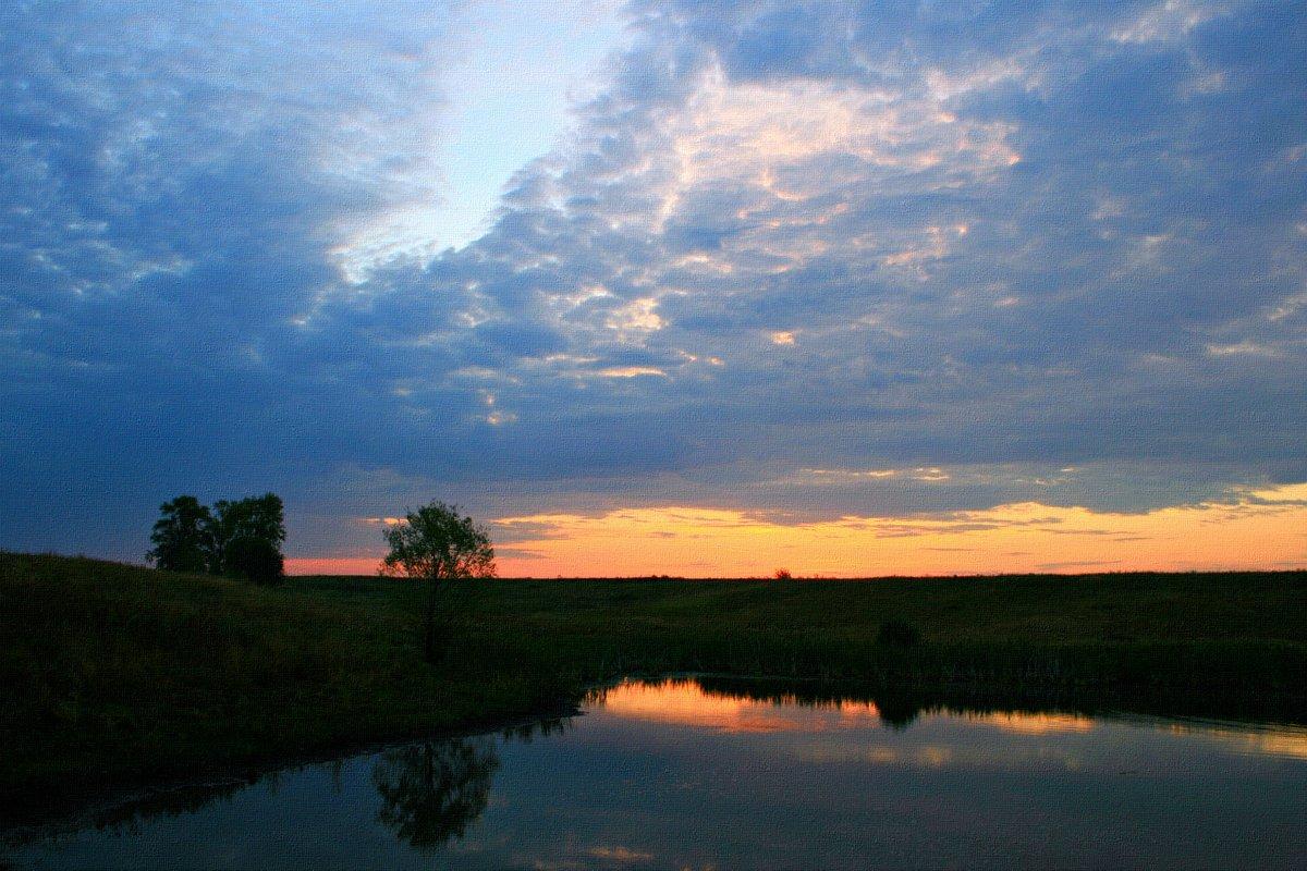 Закат над озером склонился в воде зеркальной отразился ... - Евгений Юрков