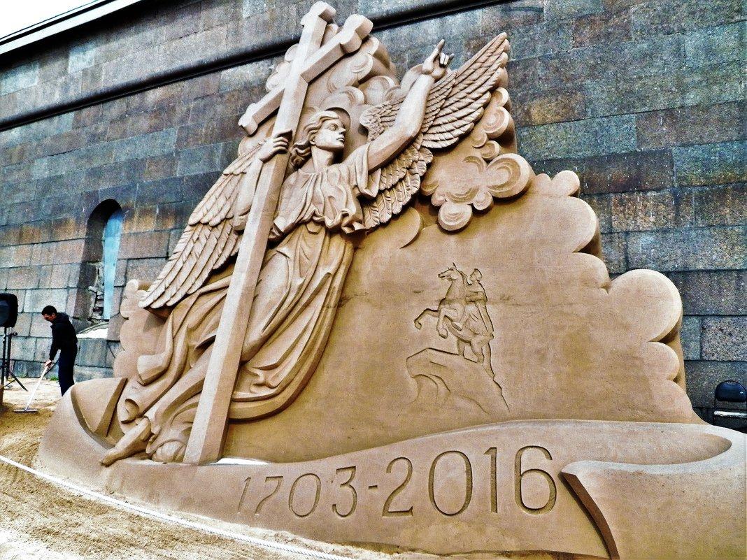 *АНГЕЛ ПЕТРОПАВЛОВСКОГО  СОБОРА. Песчаные скульптуры Петропавловской крепости. - Виктор Елисеев