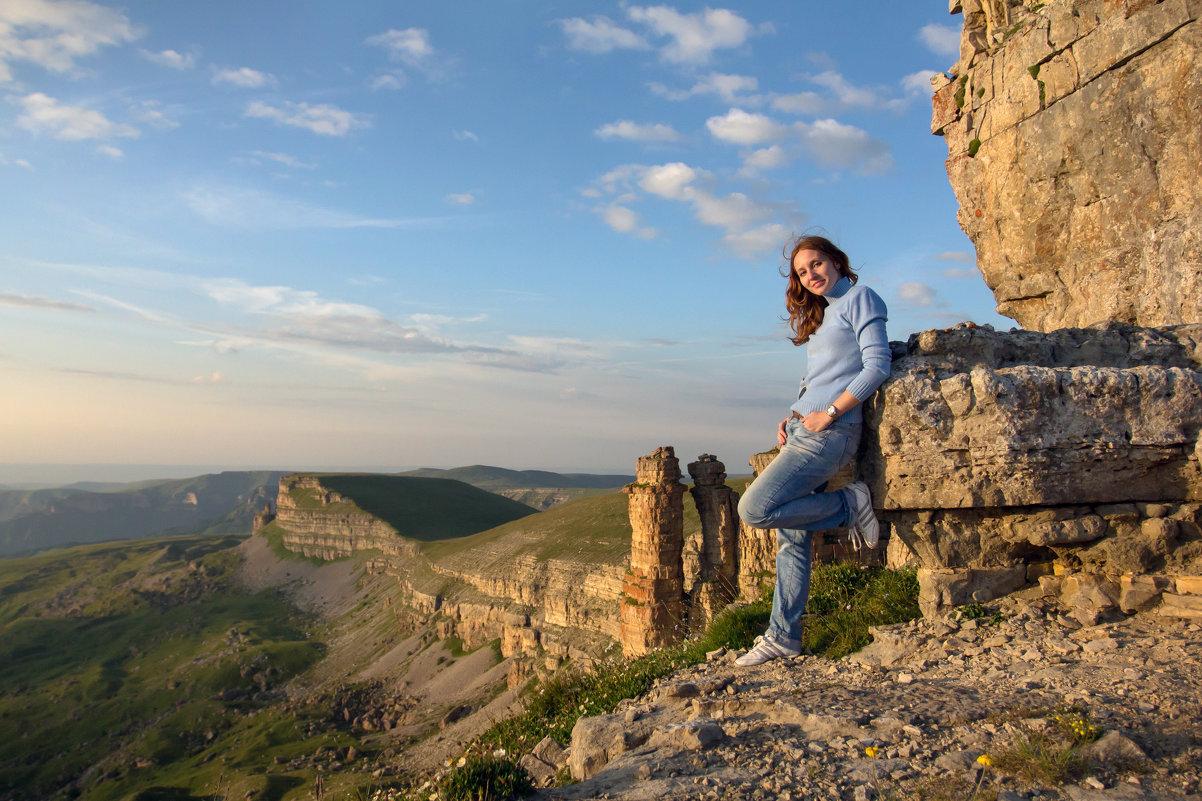 Весь мир у её ног... Вечерний Бермамыт. Скалы Монахи. 2500 м. Внизу бездна Эшкаконского ущелья - Vladimir 070549
