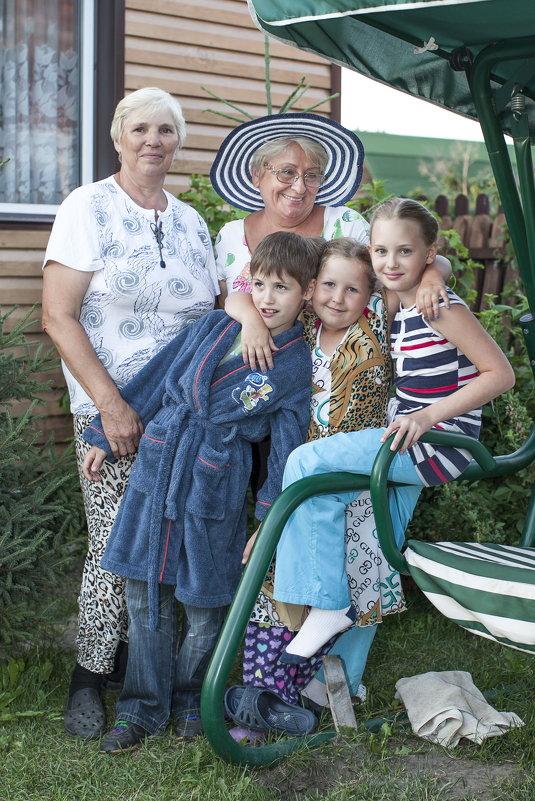 бабушки с внучатами - Slava