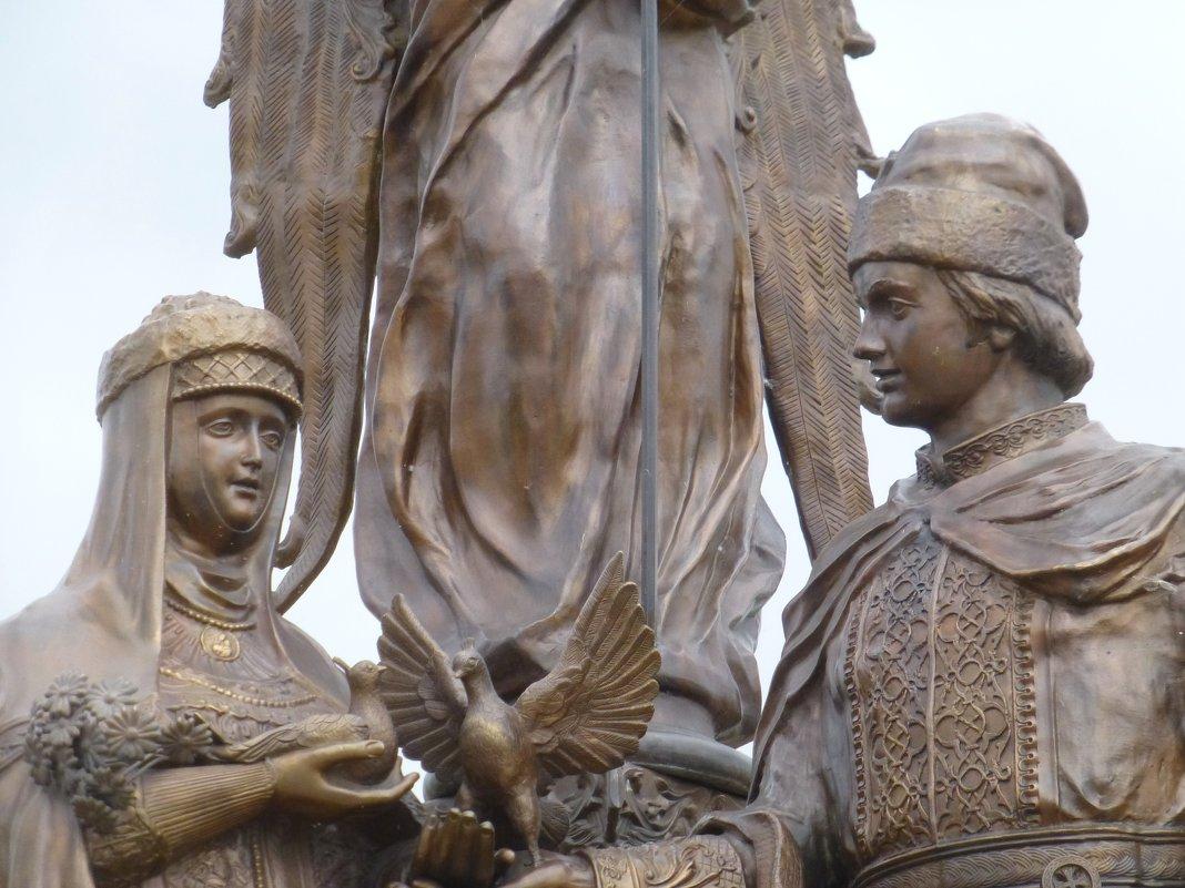 Фрагмент памятника святым Петру и Февронии - Наиля