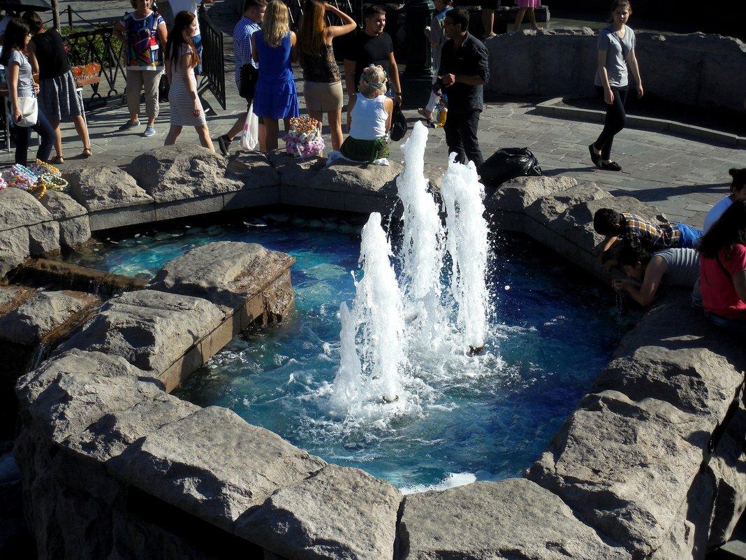 У фонтана - Мила