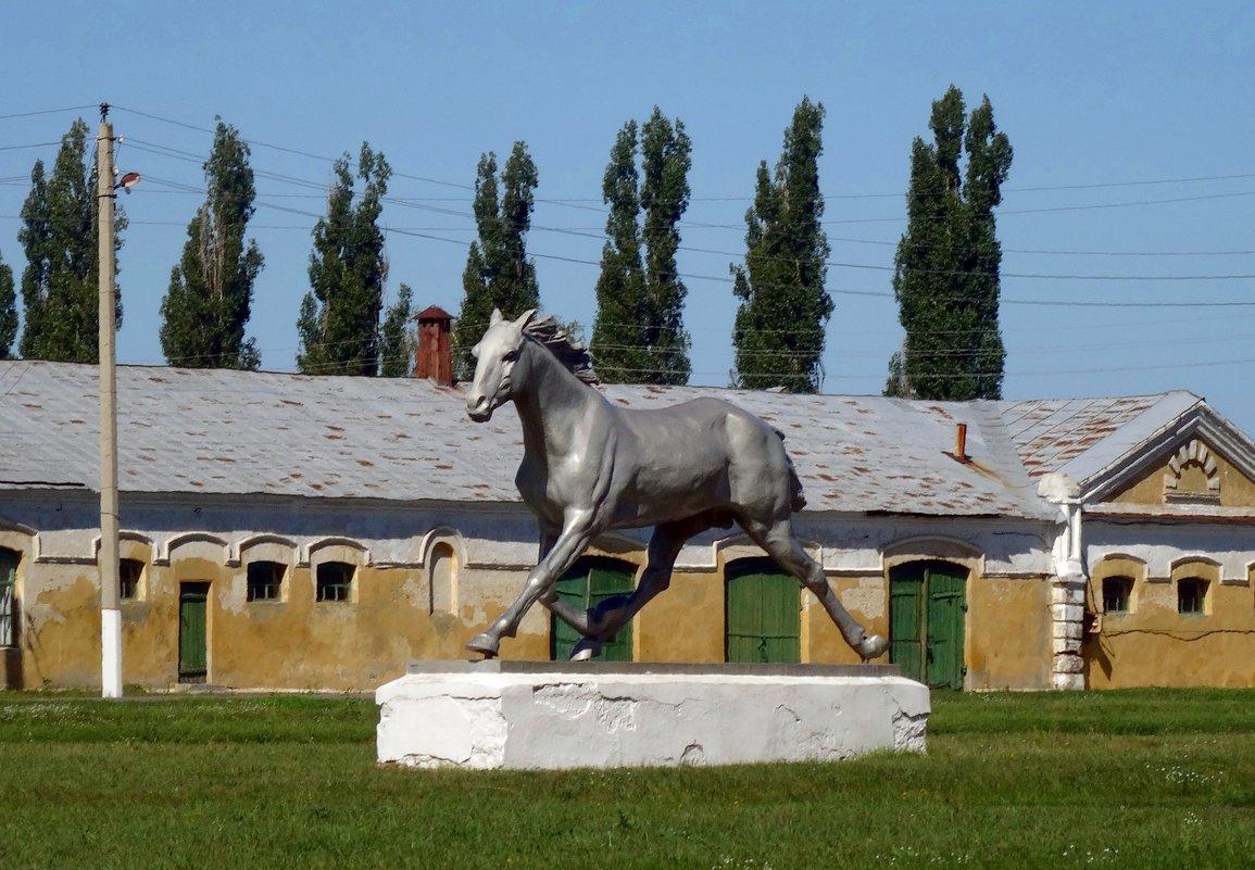 Скульптура коня Улова. - Чария Зоя