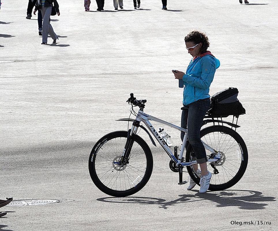 велосипед и девушка - Олег Лукьянов