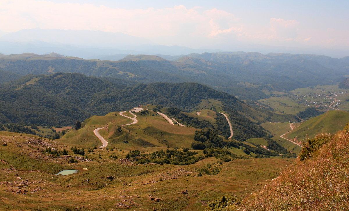 Перевал Гум-Баши с высокогорным озером.. Вид на плато Бийчесын и Маринское ущелье. - Vladimir 070549