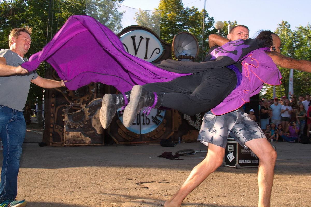 Супергерой летит спасать мир - Арсений Корицкий