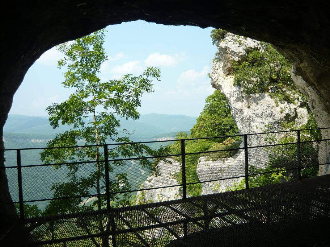 Вид из пещеры. - Надежда
