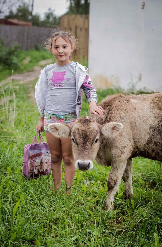 Девочка и теленок - Астарта Драгнил