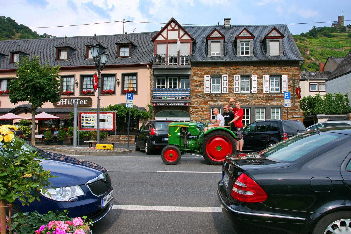 Прокати нас Петруша на тракторе...))) - Walter