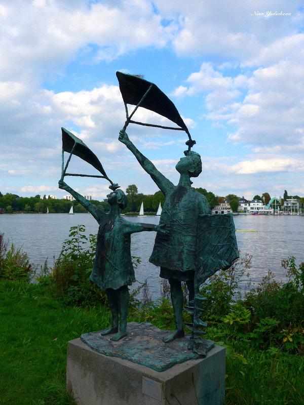 На озере Альстер (серия) Скульптура у озера - Nina Yudicheva