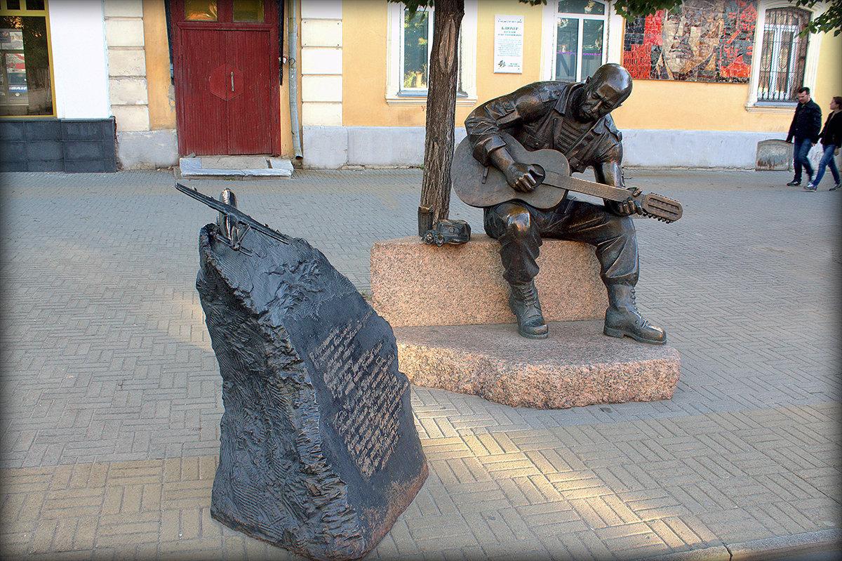 Скульптура  Александра Розенбаума на пешеходной части ул. Кирова. - Надежда