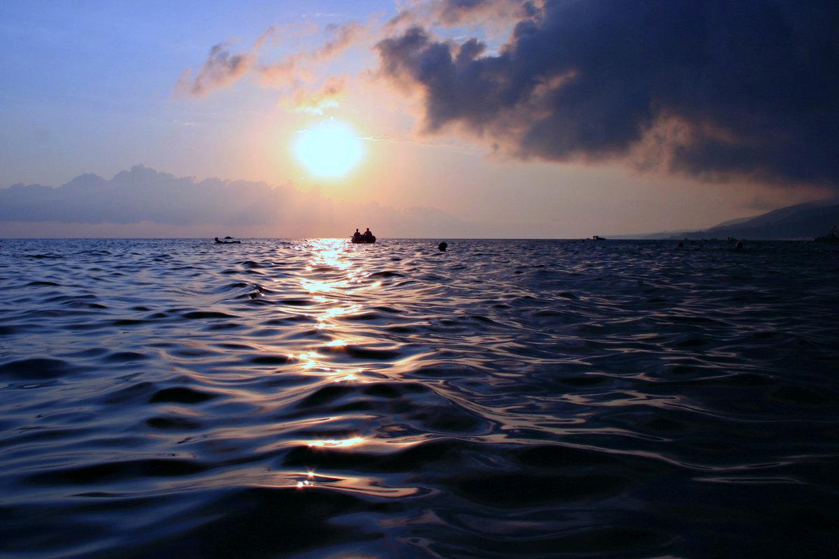 Пусть море останется морем всегда, пусть плещет, играет, искрится вода ... - Евгений Юрков