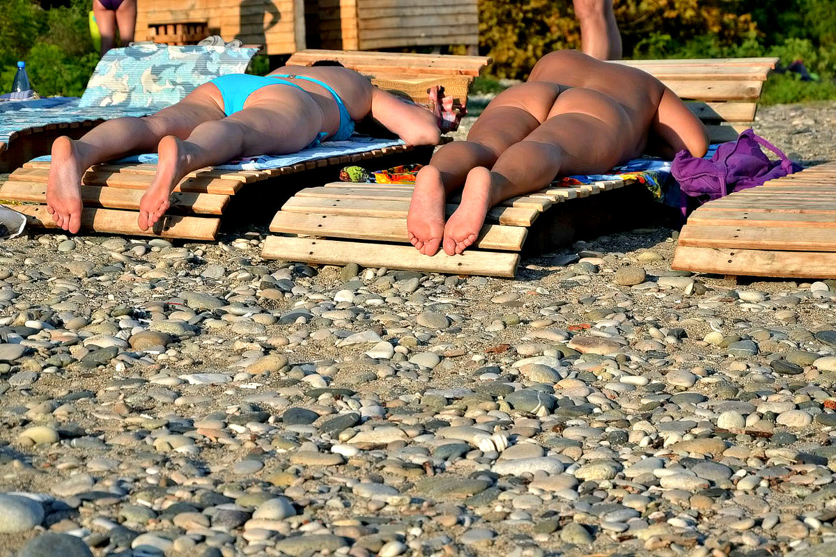 На пляже в Гаграх. - Михаил Столяров