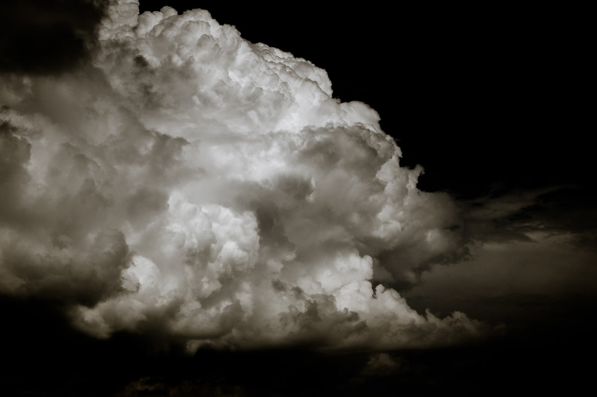 Небо — как будто летящий мрамор с белыми глыбами облаков - Олег Сидорин