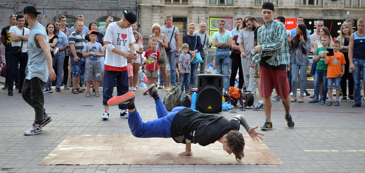 Танцы на улице... - Ростислав