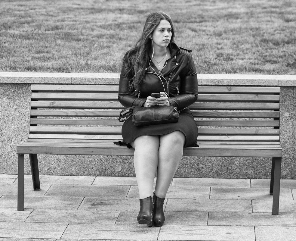Просто девушка сидящая на скамейке - Александр Степовой