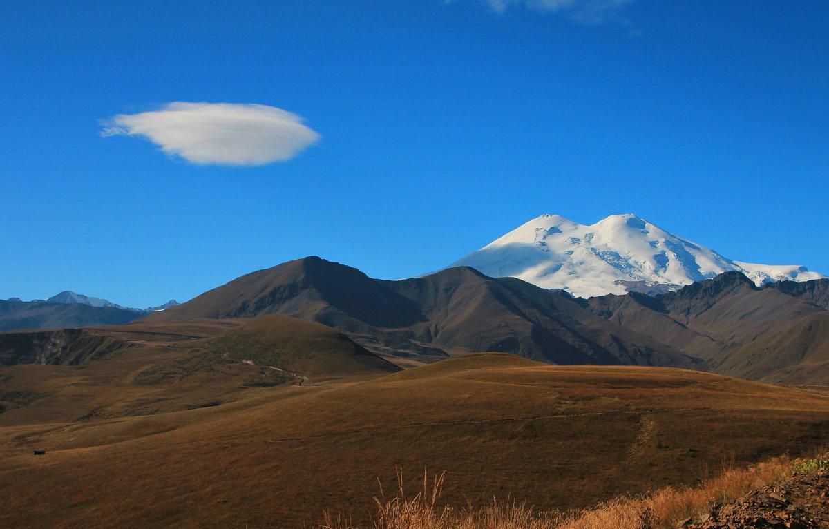 Утро у Эльбруса... Облако в виде тарелки... заходит на посадку  на вершину Эльбруса. - Vladimir 070549