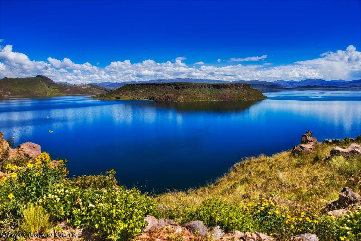 Перу. Синее озеро Умайо с желтыми бабочками на высоте около 4 000 метров - Андрей Левин