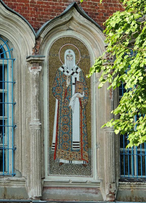 Мозаичный образ Святителя Алексия, митрополита Московского, на южном фасаде. - Александр Качалин