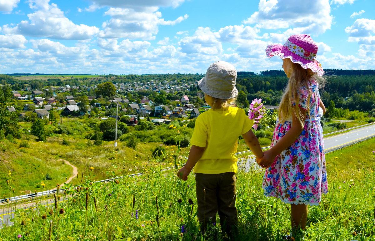 Детки любуются красотой с холма... - Марина Романова