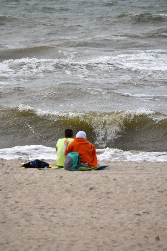 Щекочет пятки морская волна, в душе полное умиротворение... - Сергей Крошин